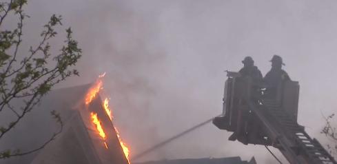 Casi seis horas le tomó a los bomberos controlar las llamas.