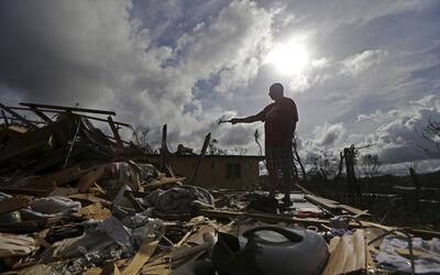 José García Vicente frente a su casa destruida por el hura...