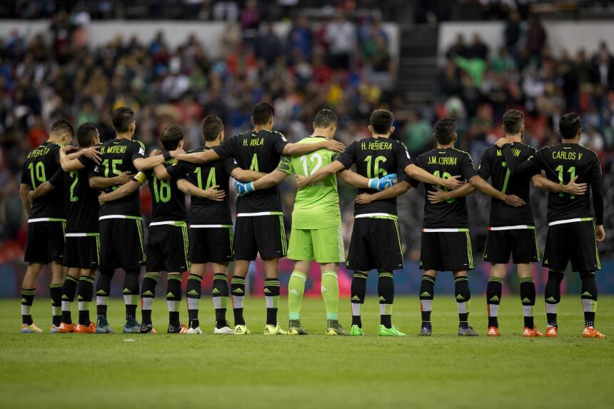 La selección de fútbol de México guarda un minuto de silencio.