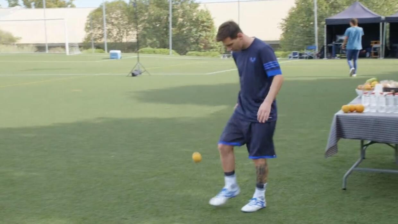 Messi dominando una naranja