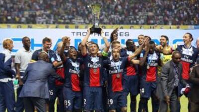 París Saint Germain levanta el trofeo de la Súpercopa.