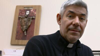 El padre Fabián Arias trabaja en una iglesia luterana en el centr...