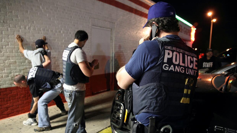Agentes de ICE detienen a un hombre en Dallas en 2014.