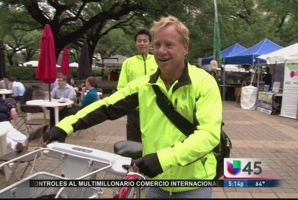 Si sales al centro de Houston y ves bicicletas estacionadas por todos la...