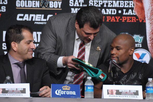Luego le enseñó el cinturón a los boxeadores.