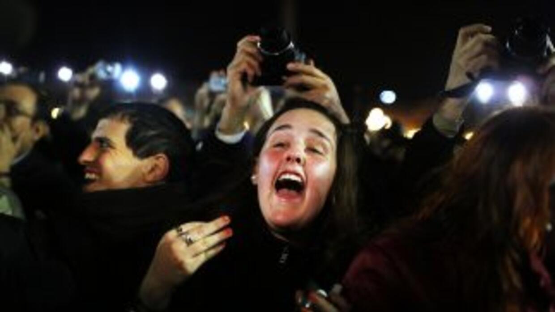 Fieles fesjetan en la Plaza de San Pedro la elección del sucesor del Pap...