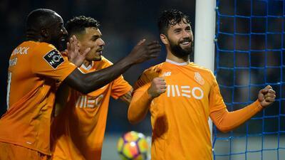 Porto vence al Feirense en duelo de mexicanos