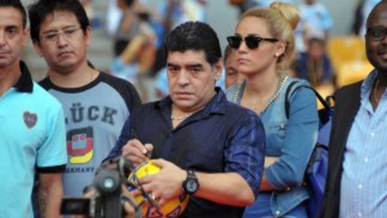 Maradona se exhibió marcando goles y hablando.