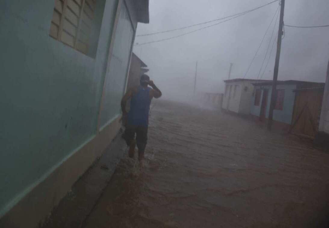 El huracán Matthew azotando Baracoa, al este de Cuba