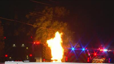 Evacúan vecindario y cancelan clases a causa de una explosión de gas natural