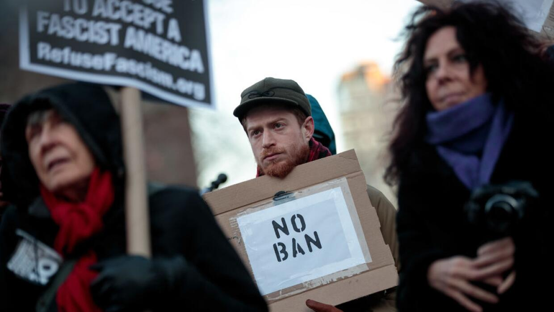 Personas en contra del veto migratorio de Trump en una imagen de archivo.