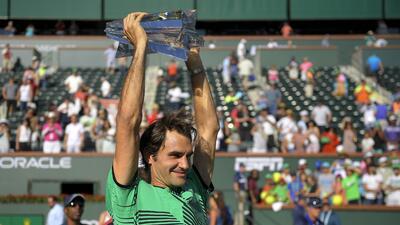 El suizo Roger Federer alza el trofeo del Masters de Indian Wells, tras...