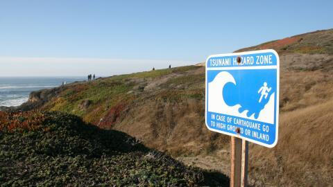 Una señal de prevención en caso de terremoto en las costas...