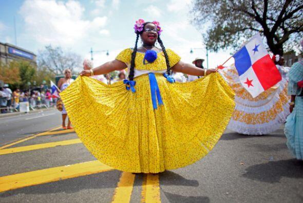 Una niña con la bandera de Panamá presume su vestido típico.