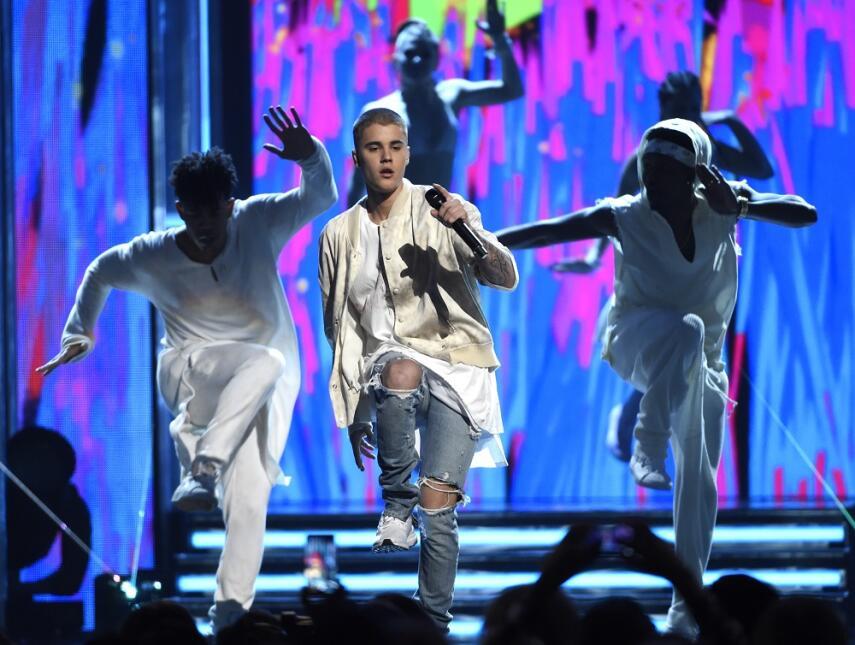 Justin Bieber canta en la ceremonia de los Premios Billboard, el domingo...