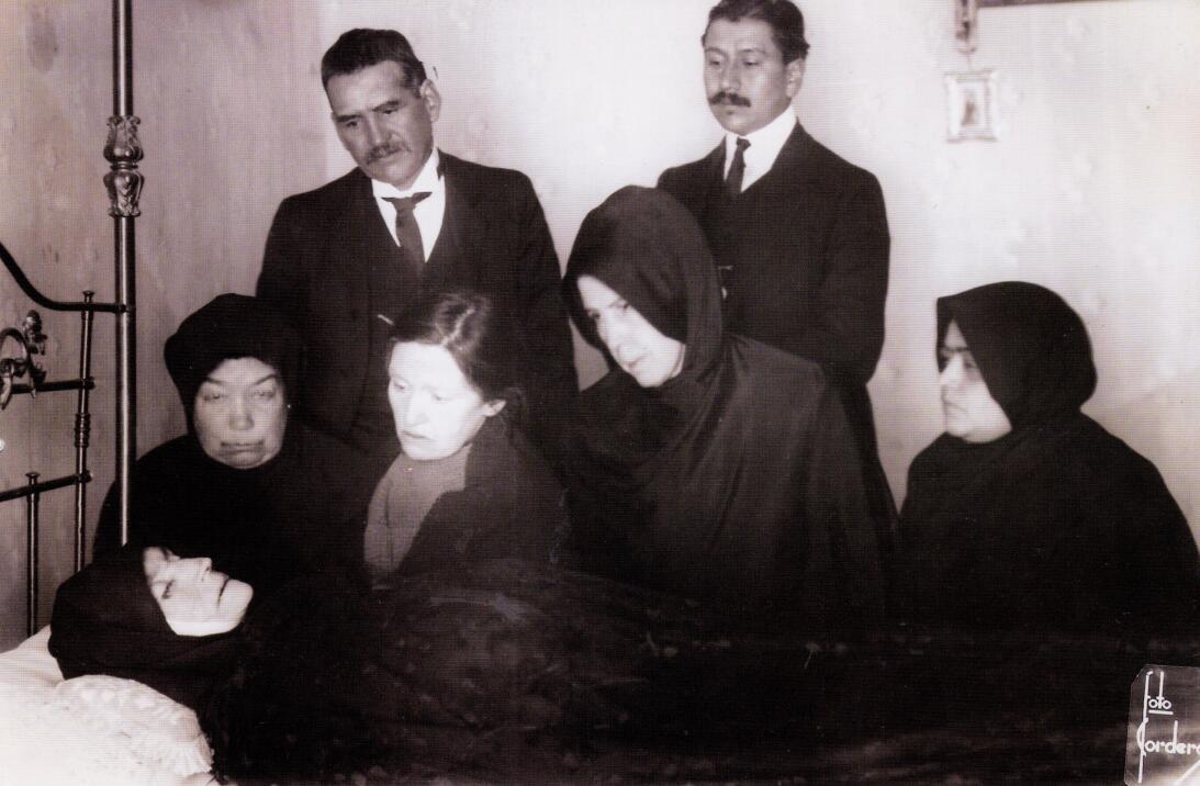 Un grupo de deudos vela el cuerpo de su familiar (1920). Fotografía de J...