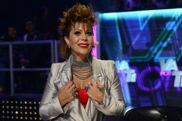 Alejandra ya lista para comentar las actuaciones.