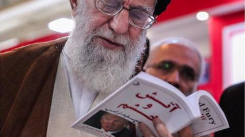 Imagen del líder supremo iraní, Ali Jameneí, leyend...