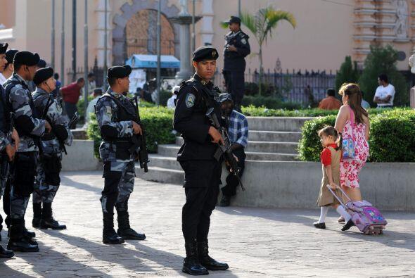 El presidente de Honduras, Porfirio Lobo, ordenó a los militares salir e...
