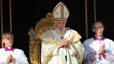 El papa Benedicto XVI proclamó santos a siete beatos en la Plaza San Ped...