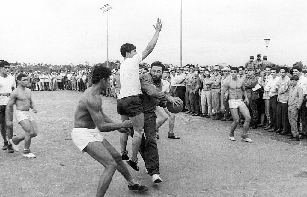 El líder cubano juega básquetbol con un grupo de estudiantes de una escu...