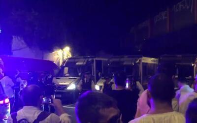 En video: Un vehículo atropella a varias personas a la salida de una mez...