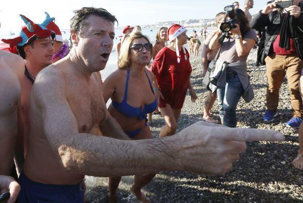 El alcande no podia defraudar a todos los nadadores y se dio su baño de...