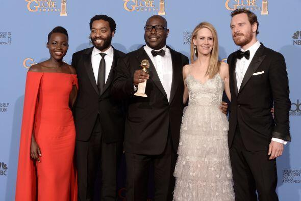 Con sus compañeros de elenco, Chiwetel Ejiofor, Sarah Paulson y M...