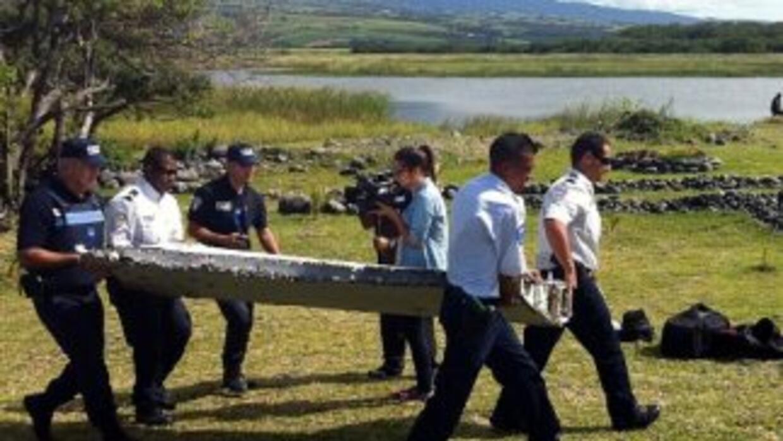 Investigadores analizan posibles restos del avión del MH370