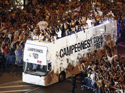Los jugadores del Real Madrid celebran con los aficionados en la plaza d...