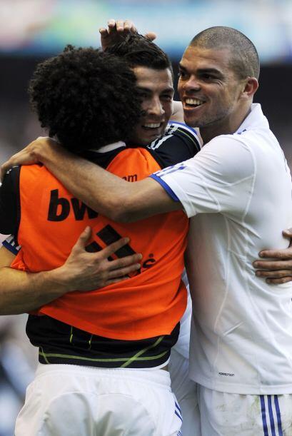 Pepe, Marcelo y CR7 se abrazaron luego del tercer tanto del partido.