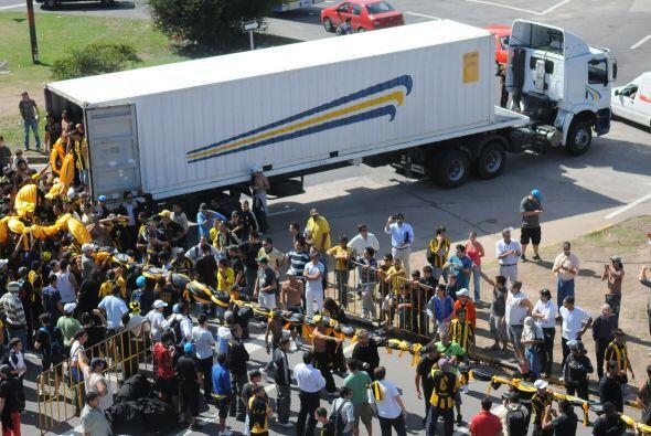 Cientos de hinchas del club uruguayo aguardaron al camión de carga pesad...