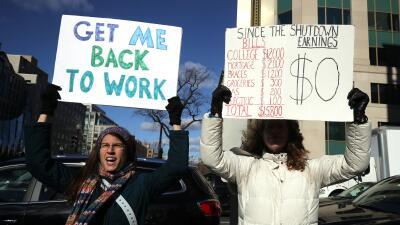 """""""La seguridad fronteriza no va a pagar mi hipoteca"""": empleados federales sufren las consecuencias de trabajar sin cobrar"""