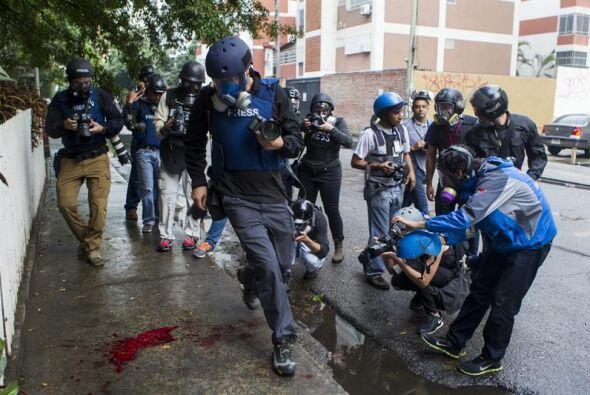 Periodistas registran una mancha de sangre de un miembro de la Polic&iac...