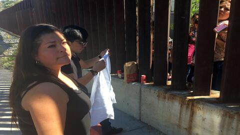 Instalan paneles de malla de acero sobre el muro fronterizo en Nogales F...