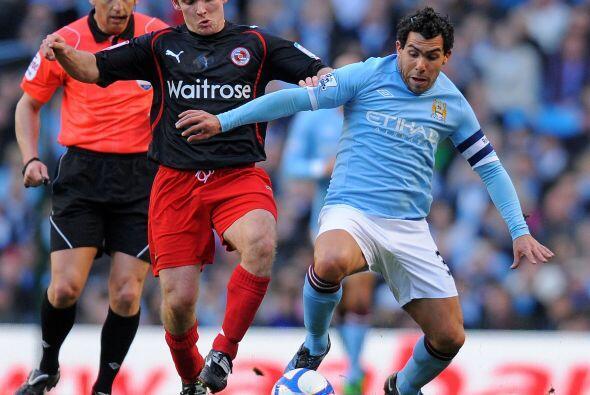 El argentino Carlos Tévez luchó durante todo el partido.