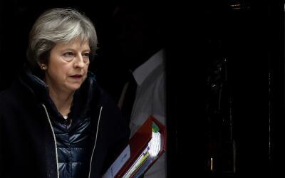 La primera ministra británica Theresa May sale de 10 Downing Stre...