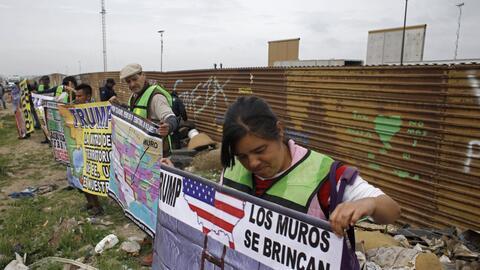 Manifestantes en Tijuana se reunieron junto a la oxidada barda met&aacut...