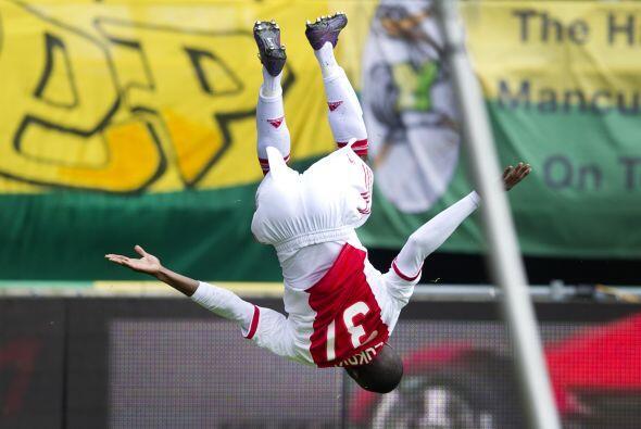 Hablando de piruetas, Jody Lukoki del Ajax no se queda atrás festejando...