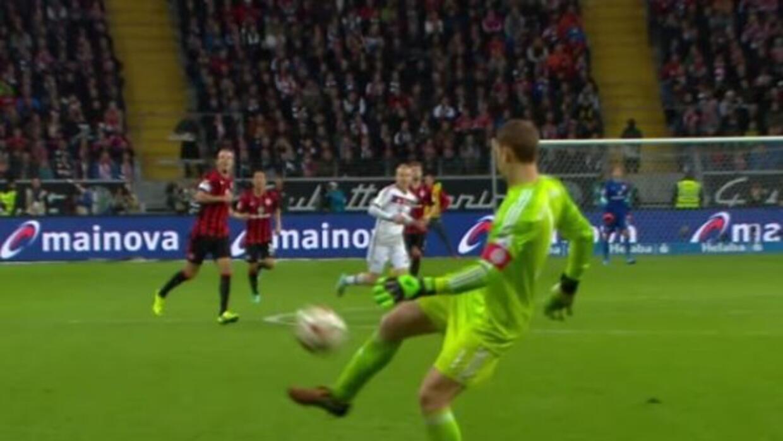 El ortero del Bayern Múnich demostró que también sabe jugar con los pies.