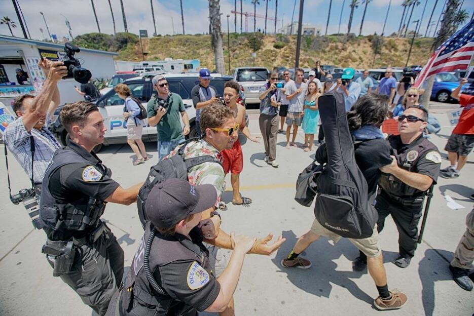 La Policía de Los Ángeles detuvo a dos manifestantes anti-Trump que prot...