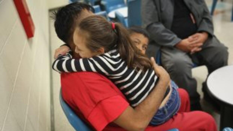 Una familia se reúne en un centro de detención en California.