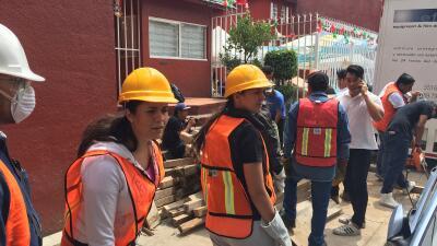 Voluntarios que siguen ayudando en el colegio Rébsamen.