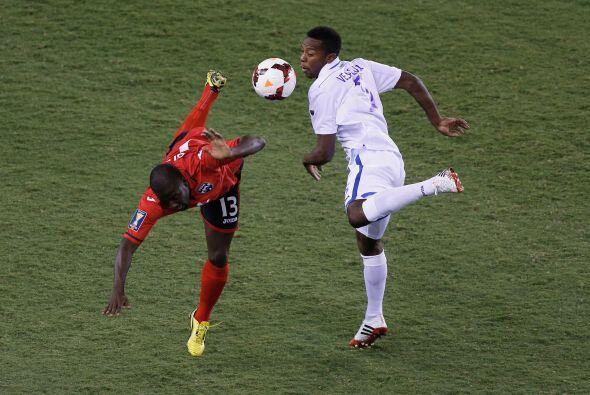 Tras una jugada en la que Trinidad le dio varios toques al balón,...