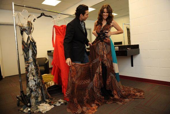 La siguiente opción fue este vestido estampado.