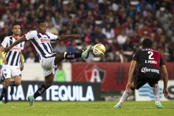 El atacante colombiano, Dorlan Pabón, intentó hacer daño con disparos de...