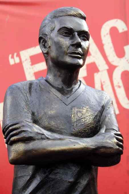 Ídolos del fútbol inmortalizados con esculturas alrededor del mundo 2012...