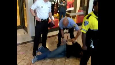 Detienen a 7 manifestantes por interrumpir las compras del 'Black Friday' en St. Louis