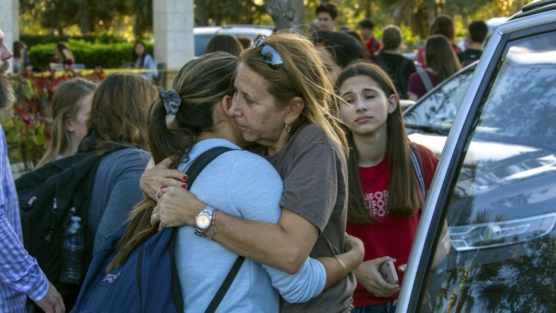 Estudiantes se reúnen con sus padres y familiares tras el tiroteo en la...