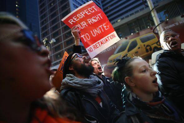 "Llevaban pancartas de ""No podemos sobrevivir con 7.25 dólares"" (salario..."